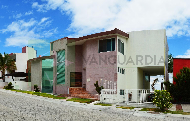 Amplia casa de 3 niveles con alberca techada, sauna y vapor. – Querétaro | Cumbres Del Cimatario