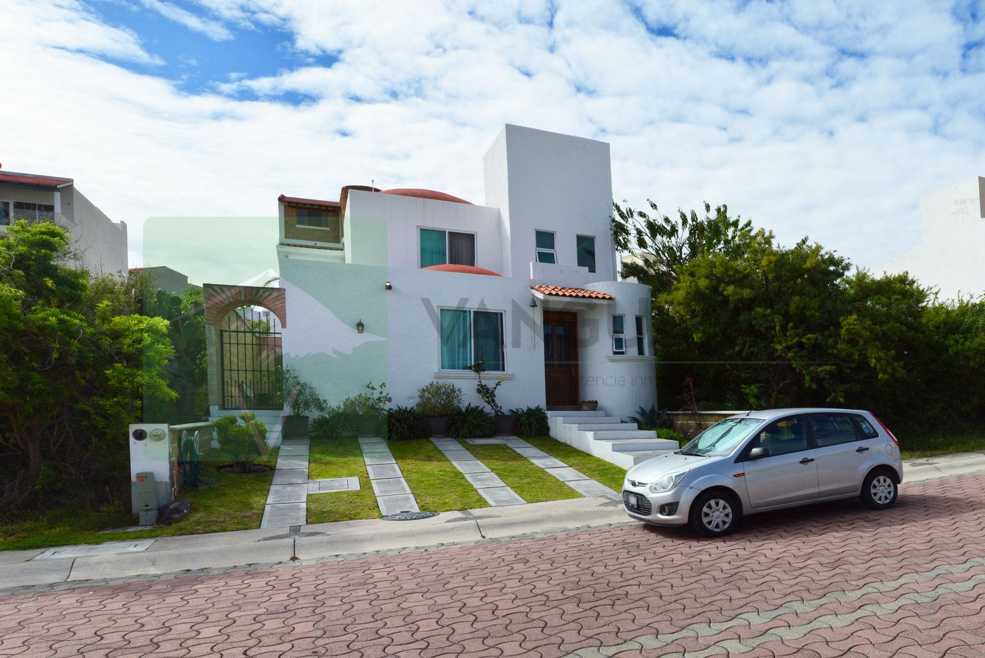 Bonita y confortable casa estilo colonial con 3 habitaciones y amplio jardín. – Querétaro   Cumbres Del Cimatario