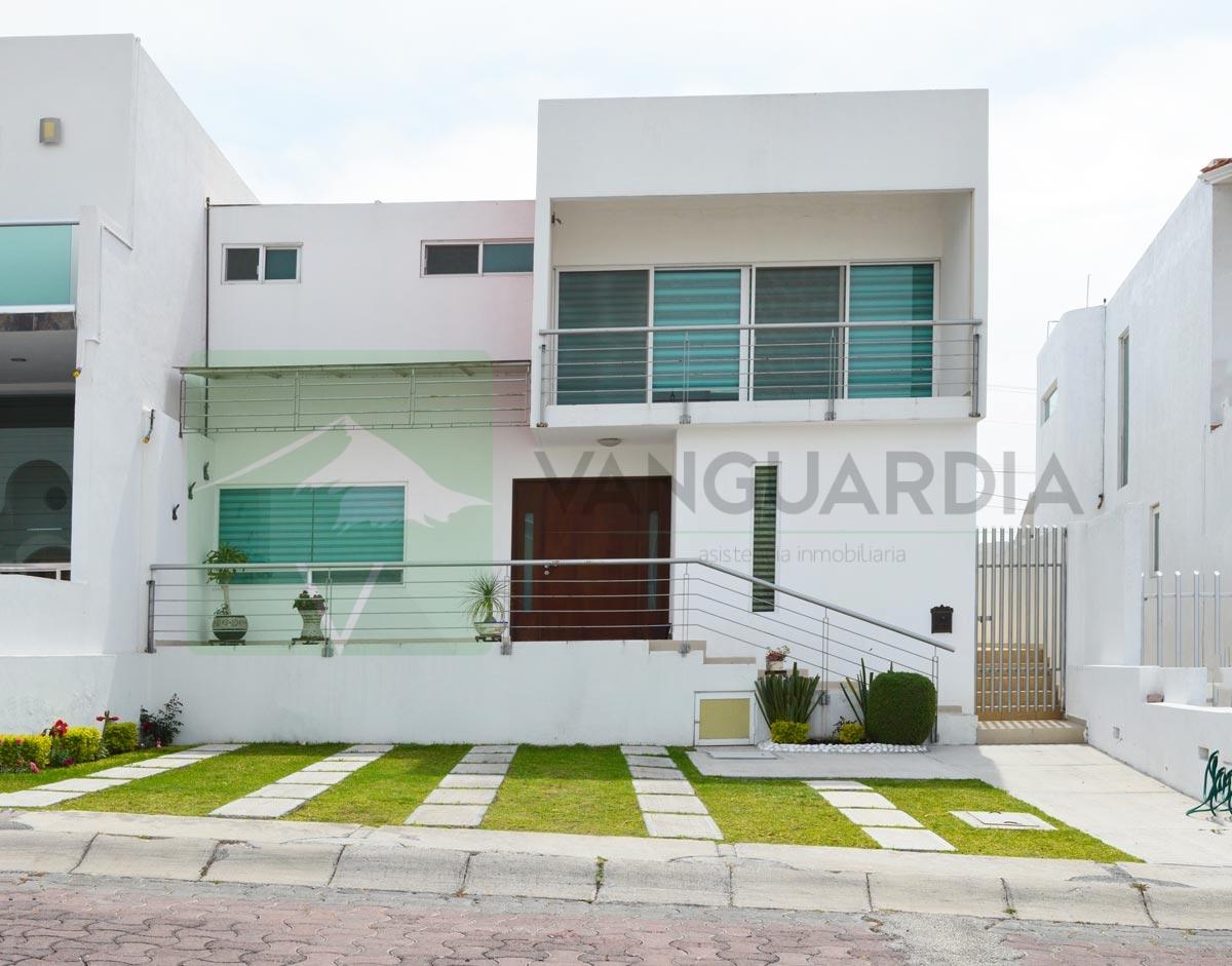 Casa en venta con Habitación en planta baja,  Iluminada de manera natural con increible vista y amplios espacios.– Querétaro | Cumbres Del Cimatario