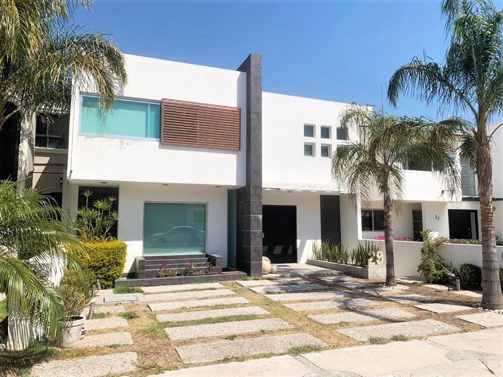 Amplia casa con 3 habitaciones con baño, estudio y sotano. – Querétaro | Cumbres Del Cimatario