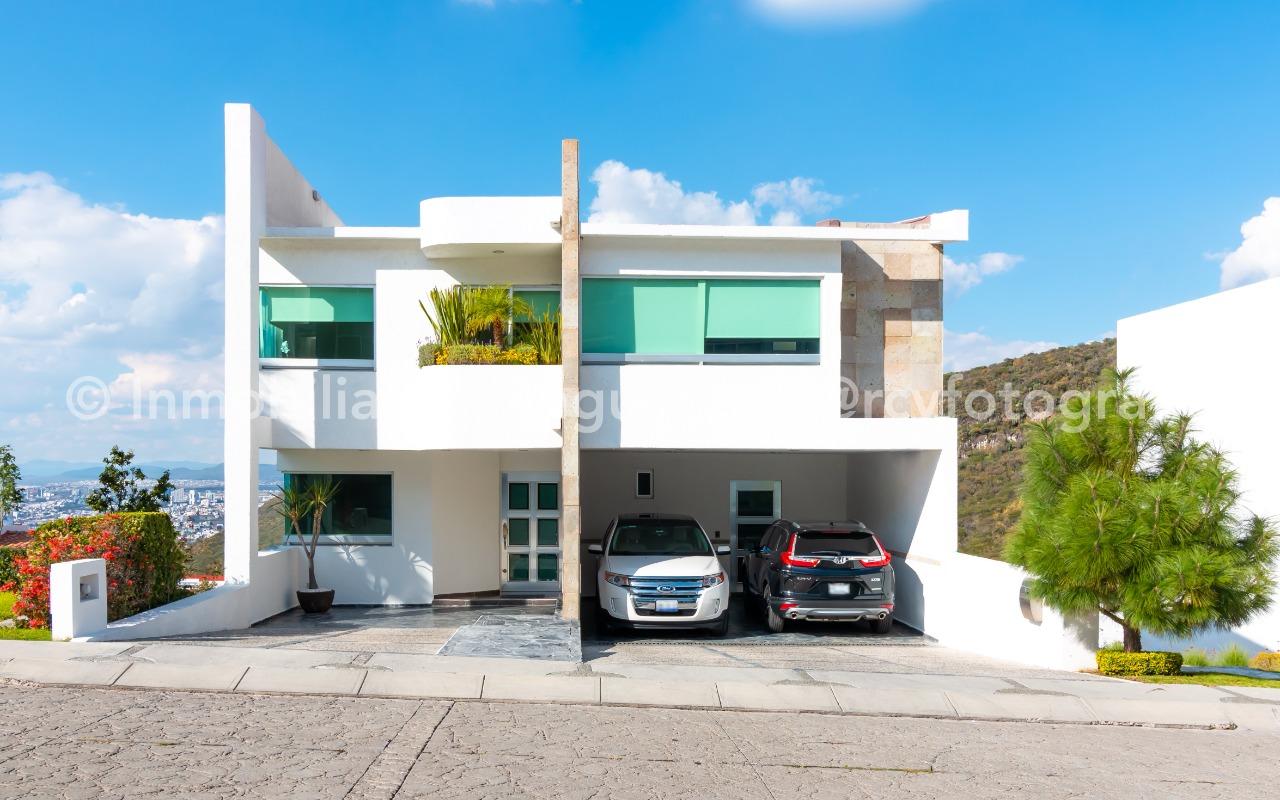 Preciosa casa en desniveles con amplio jardín y terrazas con increíble vista.– Querétaro | Cumbres Del Cimatario