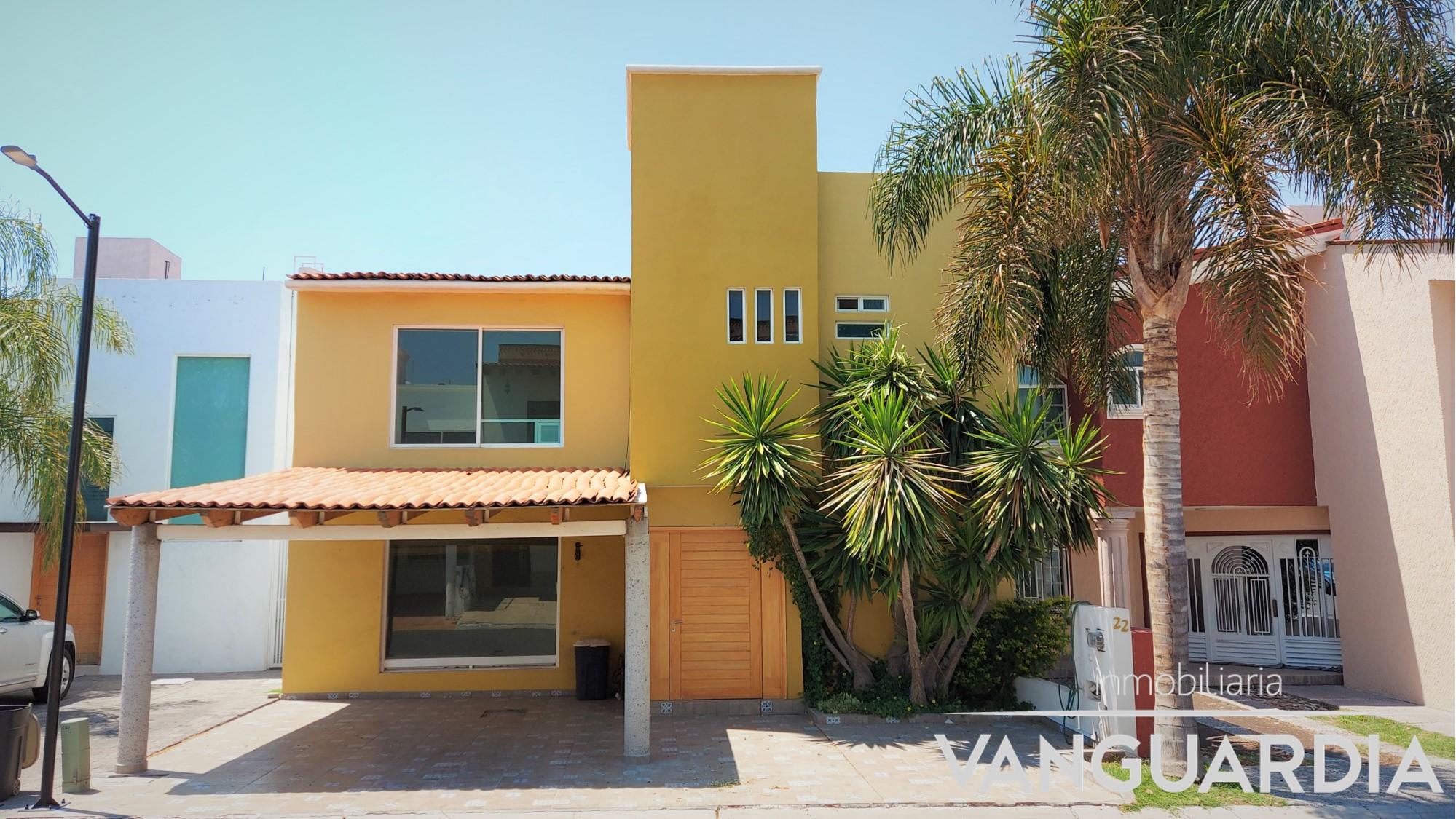 Amplia casa de 3 habitaciones con cochera techada.- Los Claustros, Centro Sur | Querétaro.