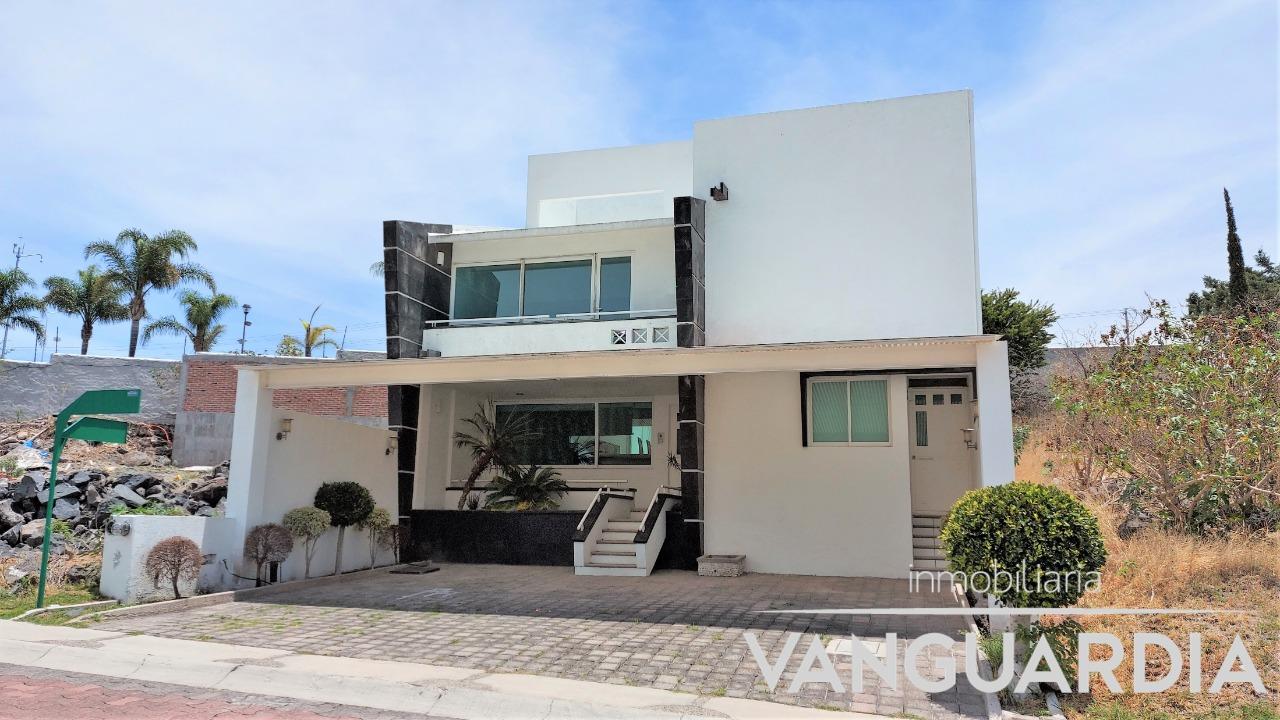 Casa en venta con Alberca techada y terraza con asador.– Querétaro | Cumbres Del Cimatario